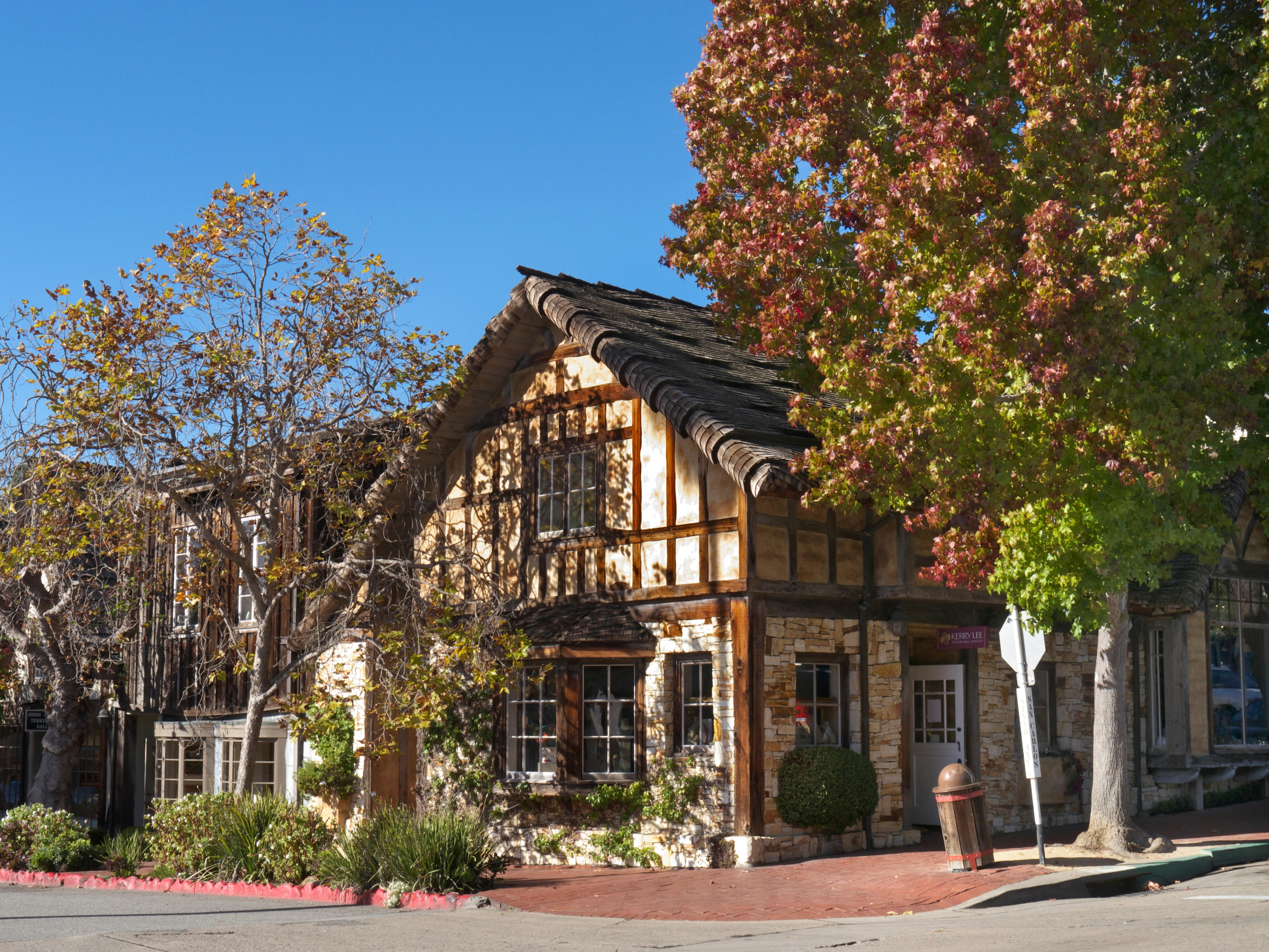During your visit to Santa Cruz, you can enjoy retail therapy at Ocean Street. Wander the area's beautiful beaches or simply enjoy one of its top-notch restaurants.