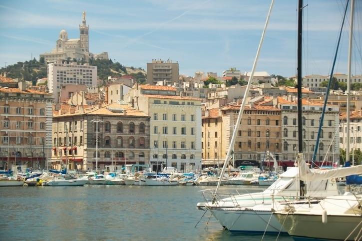Profitez de votre séjour à Marseille pour buller au bord de l'eau lors d'un détour par Grand Port Maritime de Marseille. Partez à la découverte de la région et accordez-vous une balade le long de ses plages ou passez les portes de ses boutiques.