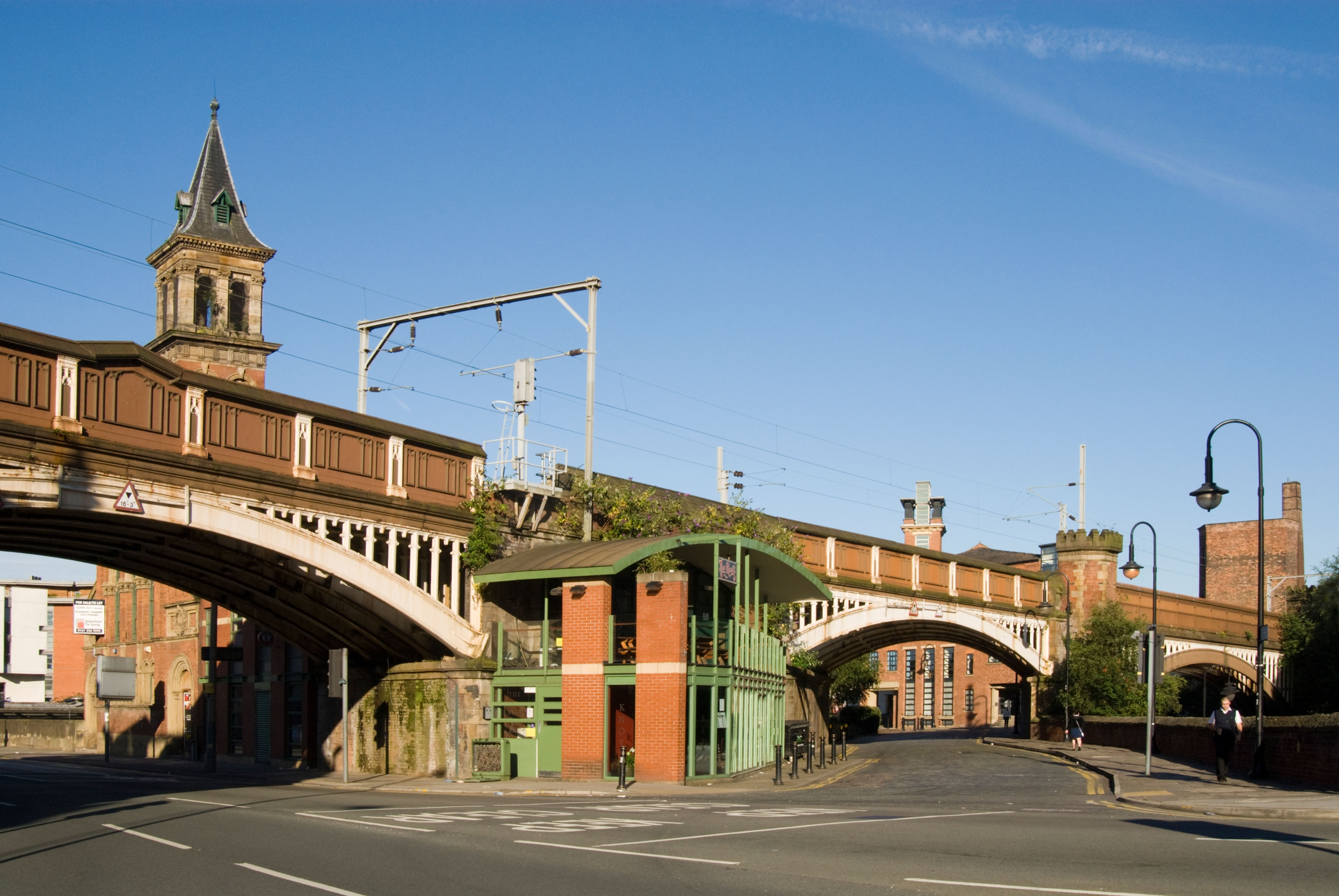 På turen til Manchester kan du finne den perfekte gaven å ta med hjem om du besøker Deansgate. Dette romantiske området er kjent for sine mange restauranter og har teatre du også bør oppleve.