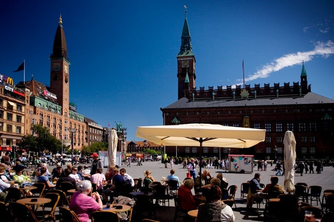 Aprenda um pouco mais sobre o passado de Copenhague visitando maravilhas como City Hall Square. Explore a zona portuária nesta área moderna ou descubra as suas trilhas para passeios de bicicleta.