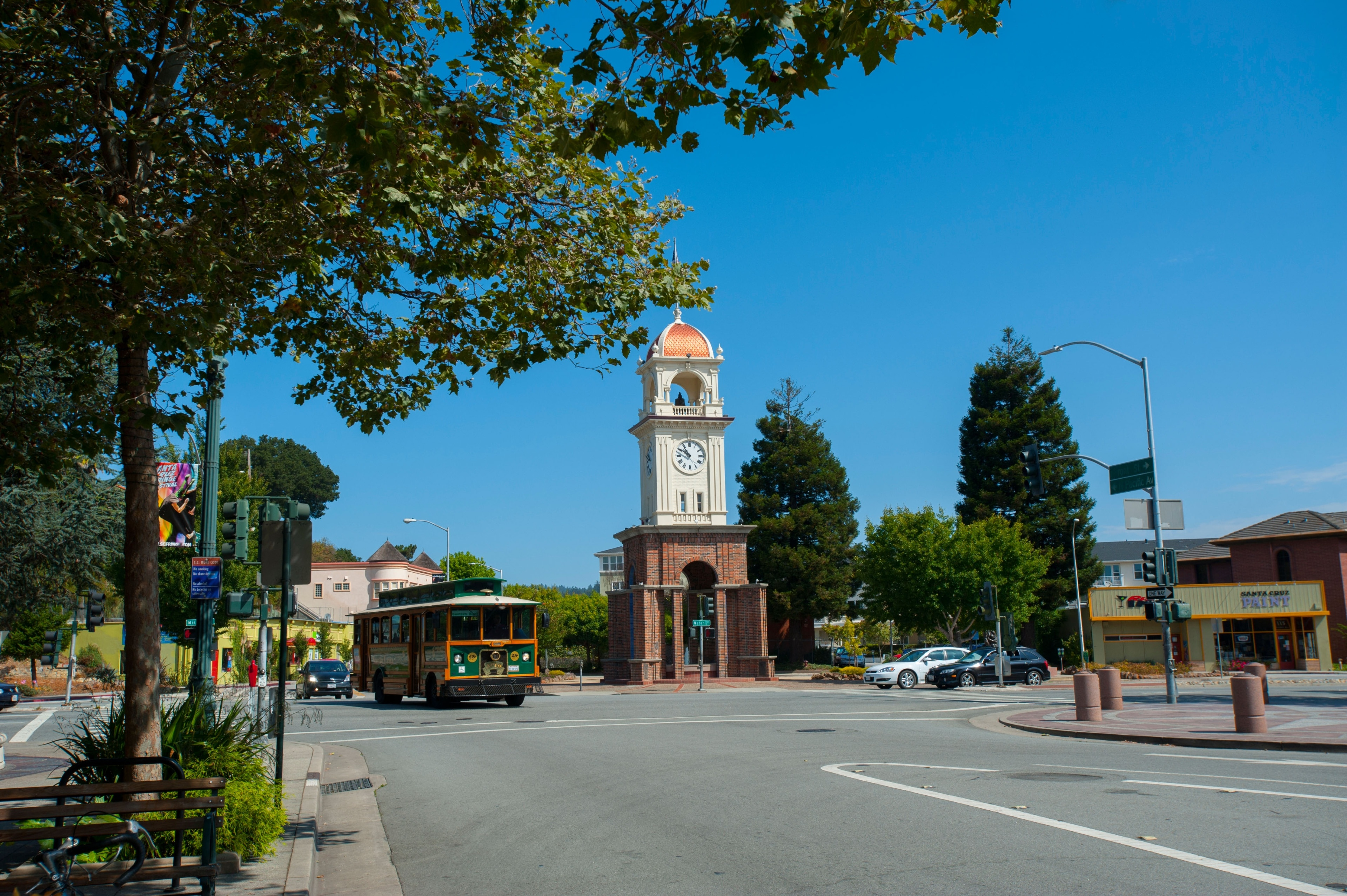 During your visit to Santa Cruz, you can browse for the perfect souvenirs at Pacific Avenue. Wander the beautiful beaches in this family-friendly area.