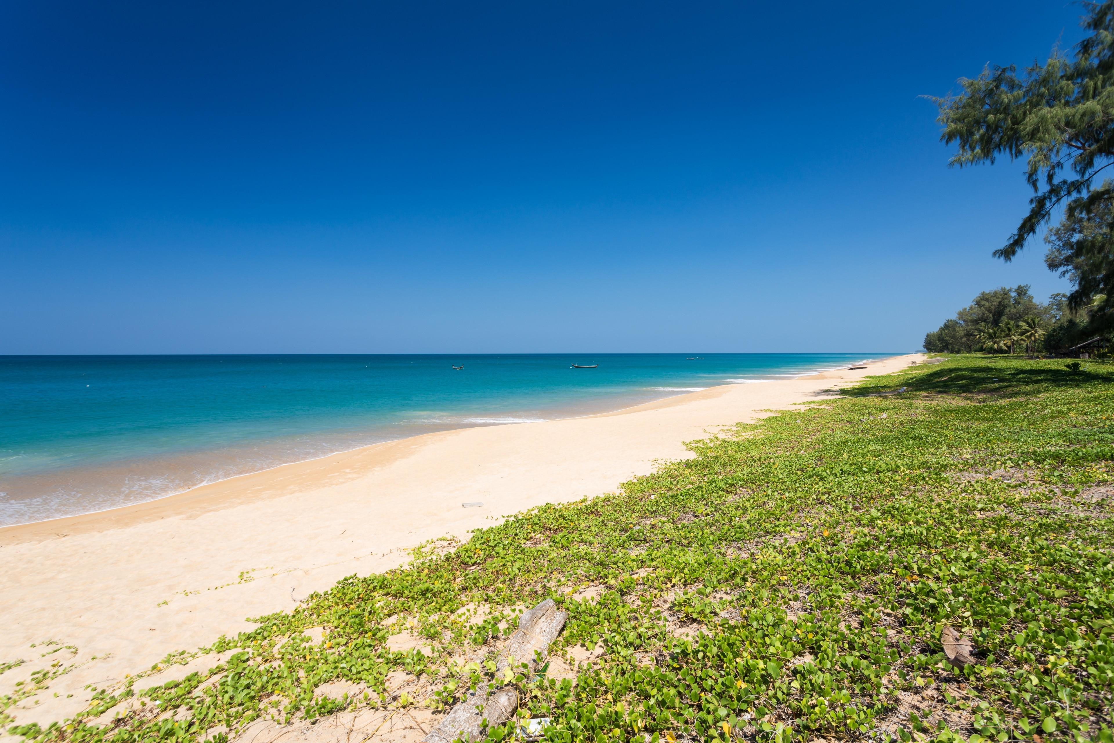 พักผ่อนอย่างสบายใจที่ หาดไม้ขาว เมื่อมีทริปไป ไม้ขาว เดินเลียบทะเลในย่านที่น่าผ่อนคลายแห่งนี้ หรือตื่นตาตื่นใจกับพระอาทิตย์ตกก็ประทับใจไปอีกแบบ