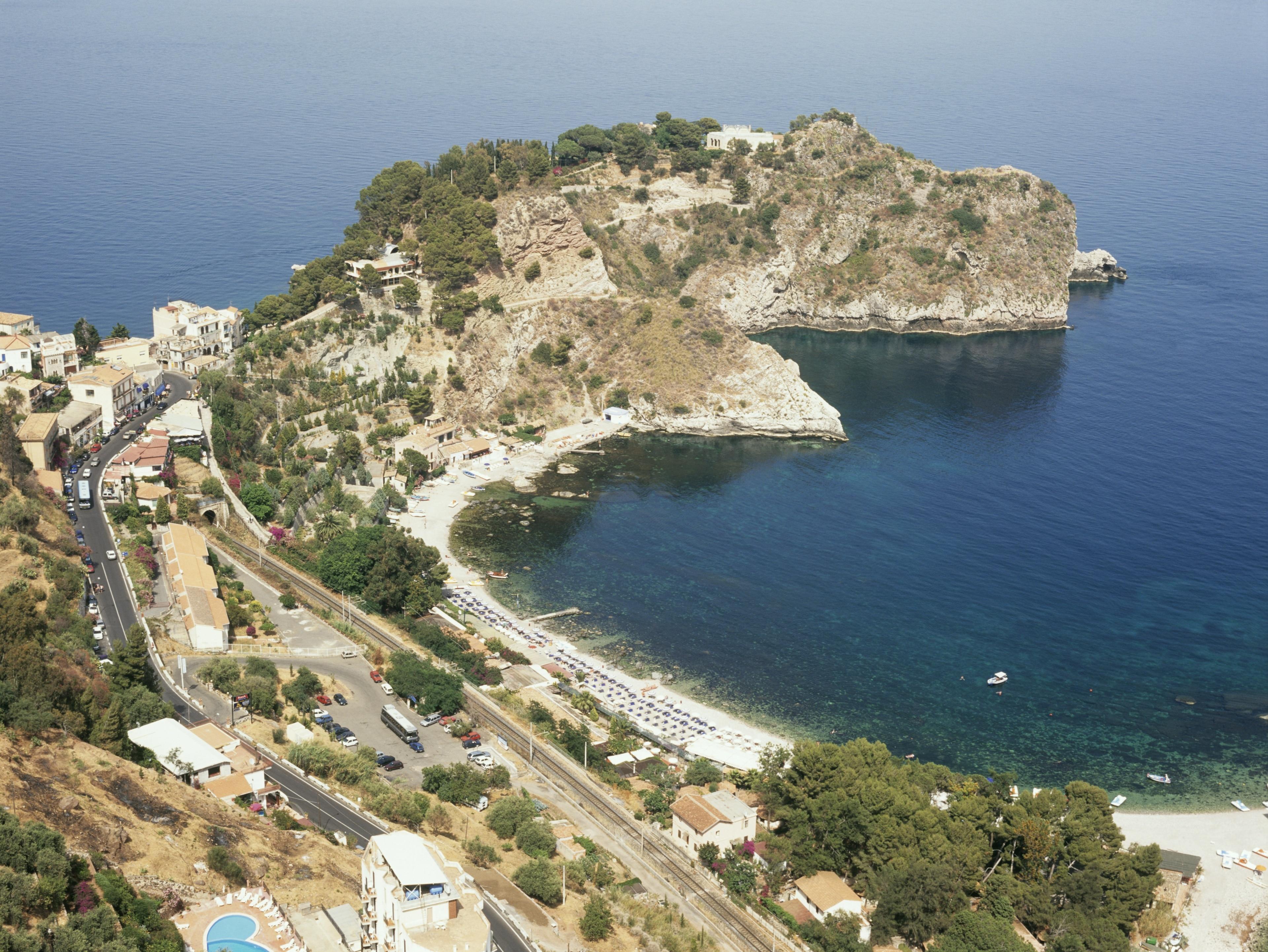 Es geht doch nichts über einen entspannten Tag am Isola Bella, einem beliebten Strand in Taormina. Schlendern Sie an der Küste entlang oder erkunden Sie die erstklassigen Restaurants der Gegend.