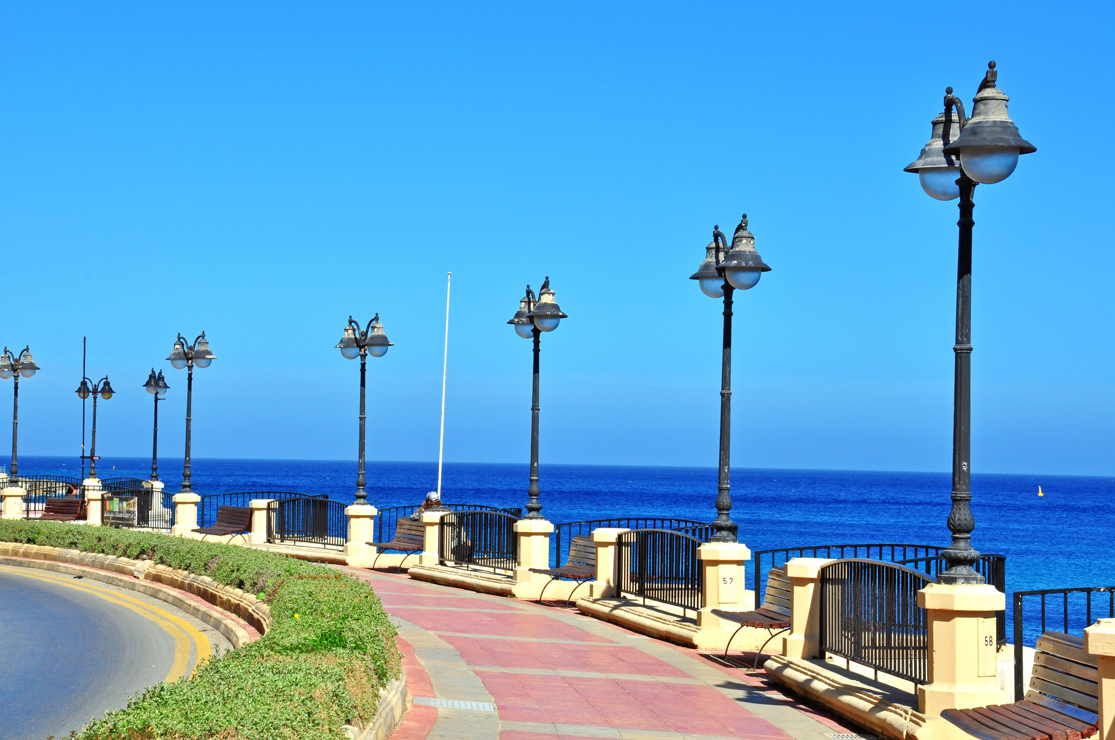 Die geschichtsträchtige Bühne Malta Experience in Valletta wird Sie mit ihren Aufführungen in seinen Bann ziehen. Spazieren Sie an der Küste der Gegend entlang oder genießen Sie in den erstklassigen Restaurants vor Ort leckere Köstlichkeiten.