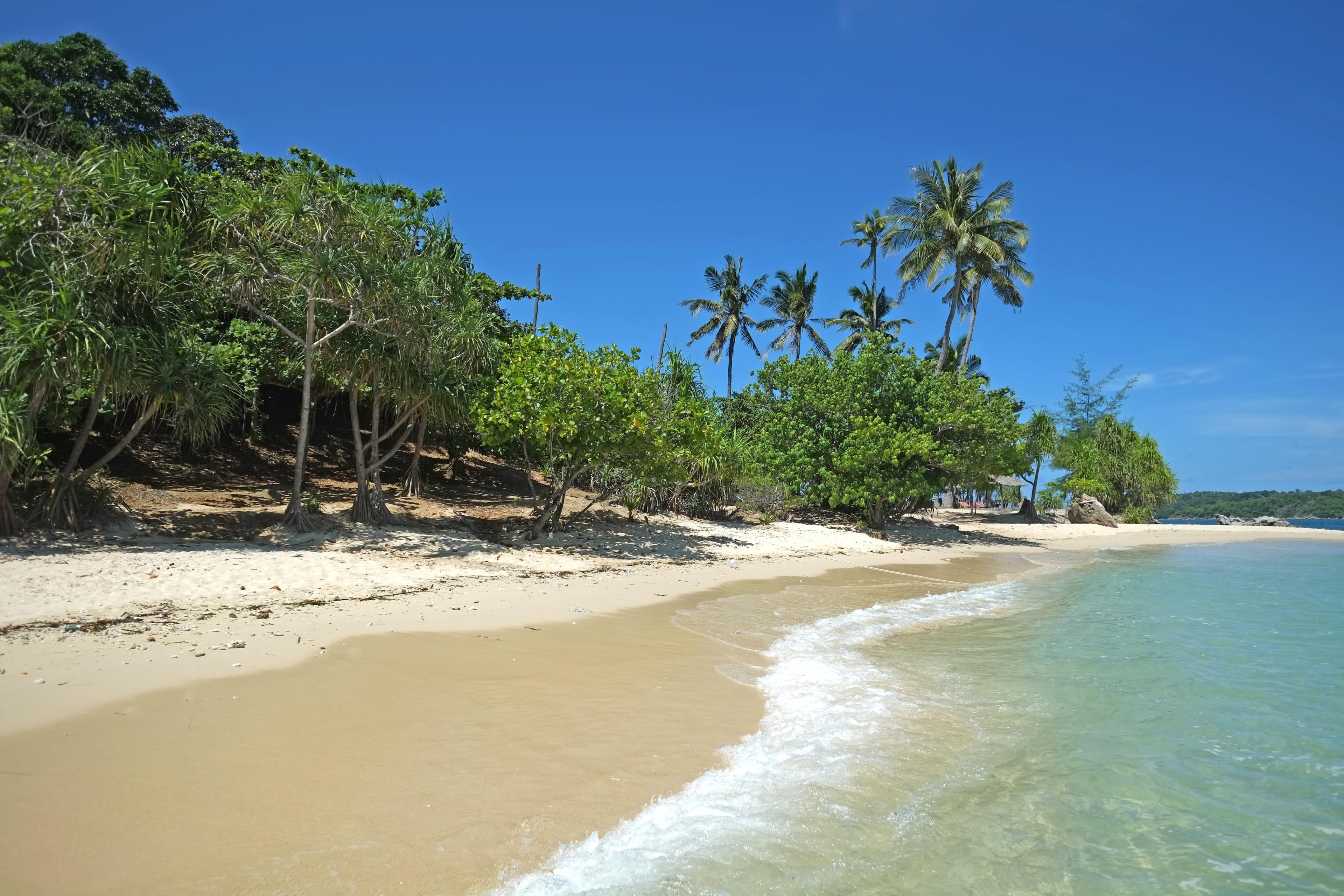 ใกล้ชิดธรรมชาติและเพลิดเพลินกับกิจกรรมกลางแจ้งที่ เกาะบอน เมื่อมีทริปไป ราไวย์ เดินเล่นชมบรรยากาศชายหาดได้ในย่านที่โรแมนติกแห่งนี้