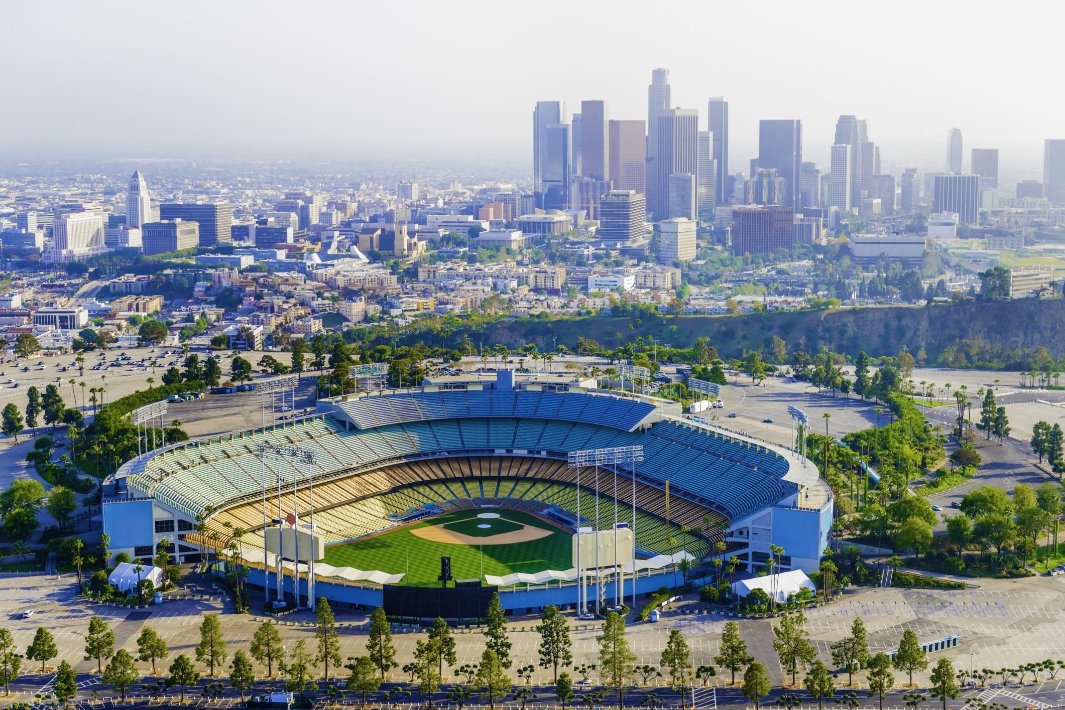 Se något evenemang på Dodger Stadium medan du är i Los Angeles. Njut av underhållningen och teatrarna i detta livliga område.