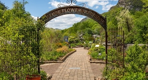 Lure-tavi virágos híd
