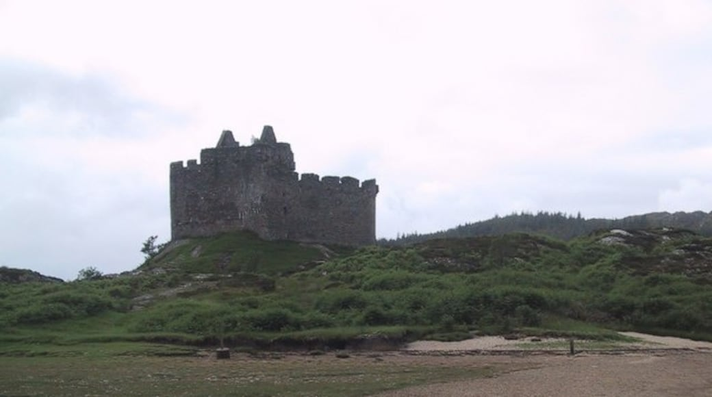 """Photo """"Castle Tioram"""" by Sarah Charlesworth (CC BY-SA) / Cropped from original"""