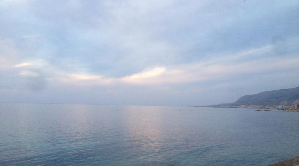 """Foto """"Strand an der Stadtmauer von Tramontana"""" von Andrea Albini (CC BY-SA)/zugeschnittenes Original"""