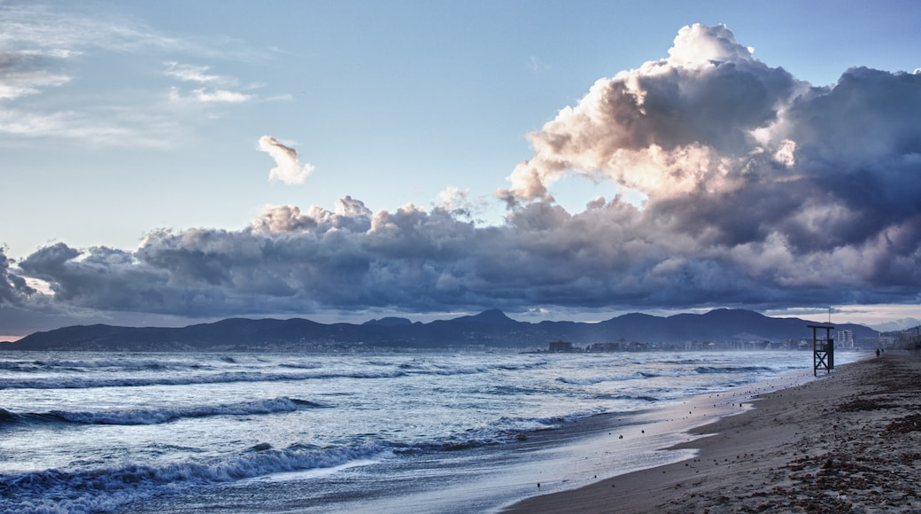 "Photo ""El Arenal Beach"" by Andrés Nieto Porras (CC BY-SA) / Cropped from original"