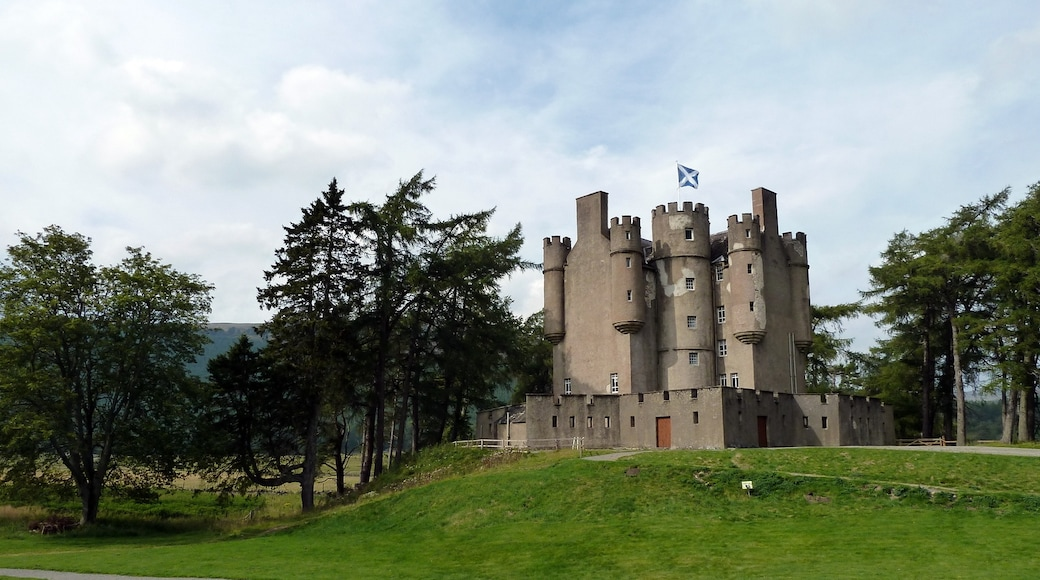 "Photo ""Braemar Castle"" by Gyula Péter (CC BY) / Cropped from original"