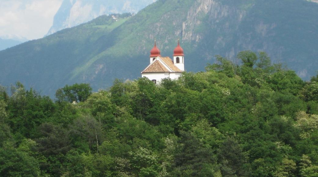 Die Heiligkreuzkirche auf der Gleif (auch einfach Gleifkirche genannt) in Eppan in Südtirol von Westen gesehen, im Hintergrund der Schlern