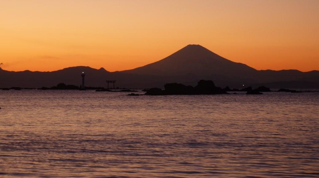 神奈川県葉山町・森戸神社付近から見た相模湾・名島・裕次郎灯台・富士山。「森戸の夕照」としてかながわの景勝50選に選定されている。地誌によると「森戸」は森戸川下流南岸地域の小字名のようで、森戸海岸の辺りの小字名は「葉山」なんだとか。