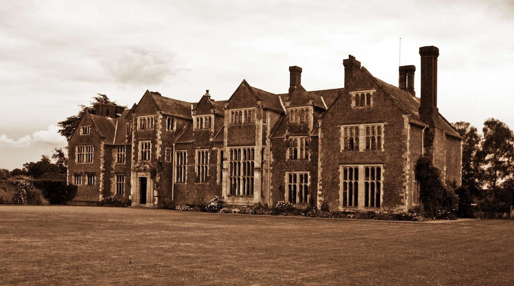 """Photo """"Loseley Park"""" by Luke (CC BY-SA) / Cropped from original"""