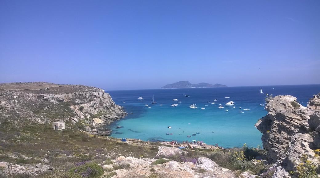 """Foto """"Strand von Cala Rossa"""" von Arcona B&B (CC BY)/zugeschnittenes Original"""