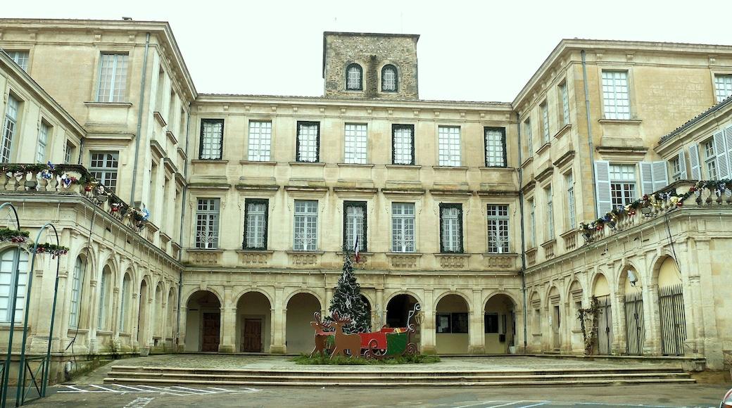 «Château de Simiane», photo de MOSSOT (CC BY-SA) / rognée de l'originale