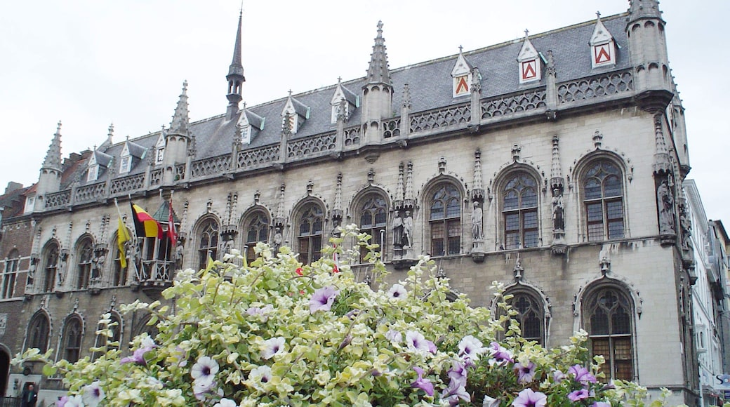 Foto 'Stadhuis van Kortrijk' van MarcVermeirsch (page does not exist) (CC BY-SA) / bijgesneden versie van origineel