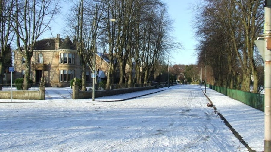 """Photo """"Springkell Avenue At the junction of Teregles Avenue."""" by Thomas Nugent (Creative Commons Attribution-Share Alike 2.0) / Cropped from original"""
