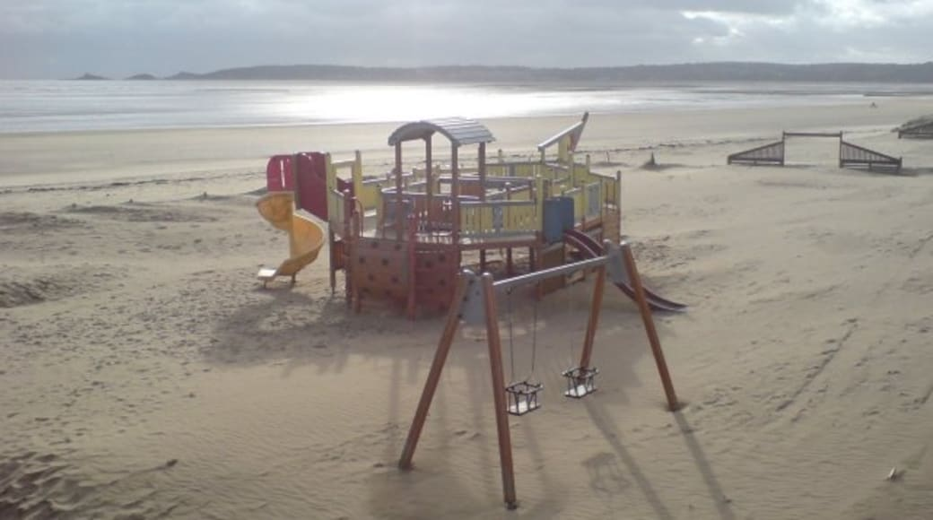 """Photo """"Swansea Beach"""" by Hywel Williams (CC BY-SA) / Cropped from original"""