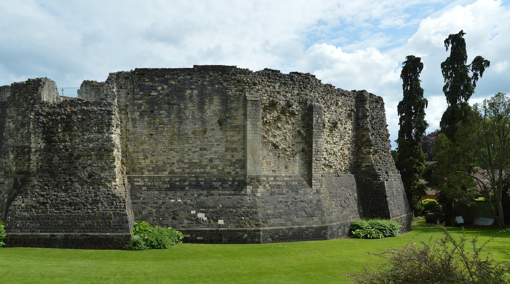 """Photo """"Farnham Castle"""" by Lewis Hulbert (CC BY-SA) / Cropped from original"""