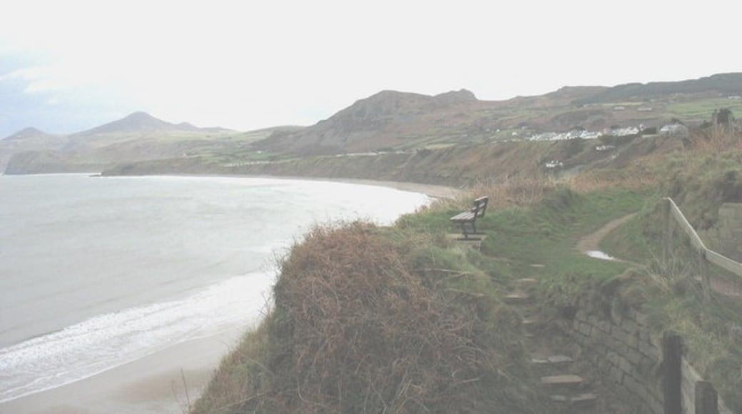 """Foto """"Strand von Nefyn"""" von Eric Jones (CC BY-SA)/zugeschnittenes Original"""