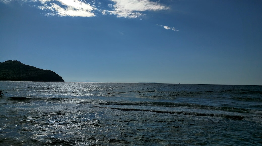 """Photo """"Baratti Beach"""" by Assianir (page does not exist) (CC BY-SA) / Cropped from original"""