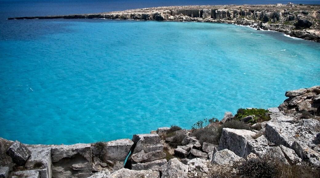 """Foto """"Strand von Cala Rossa"""" von Marco Salvatori (CC BY-SA)/zugeschnittenes Original"""