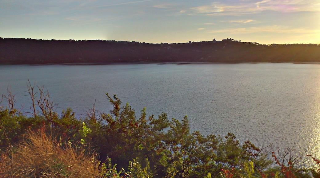 """Foto """"Lago di Albano"""" di racchio (CC BY-SA) / Ritaglio dell'originale"""