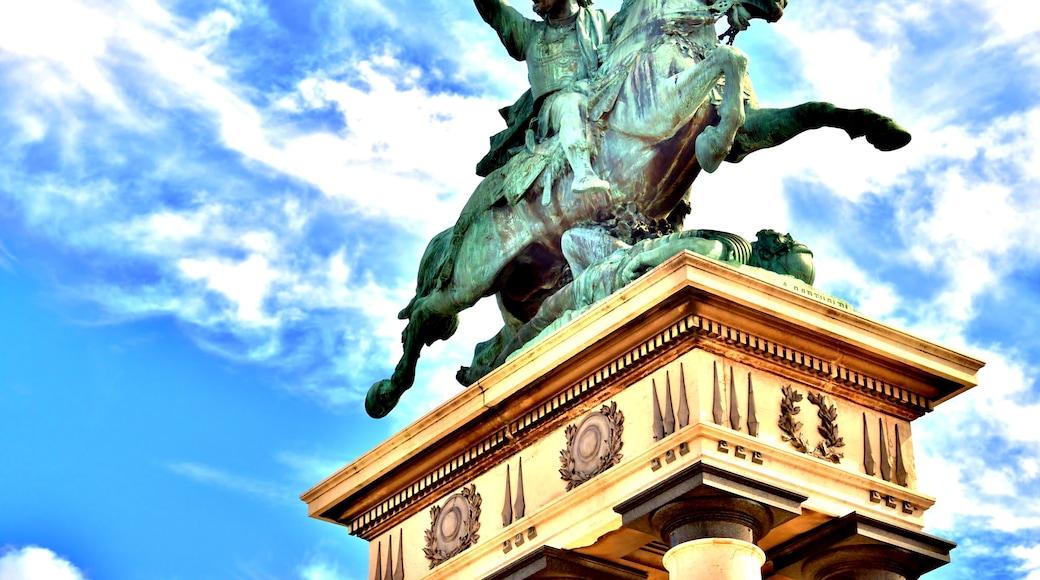 «Vercingétorix Statue», photo de Espirat (CC BY-SA) / rognée de l'originale