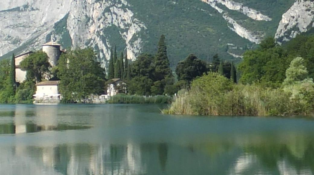 """Foto """"Lago di Toblino"""" di Miloš Hlávka (page does not exist) (CC BY-SA) / Ritaglio dell'originale"""