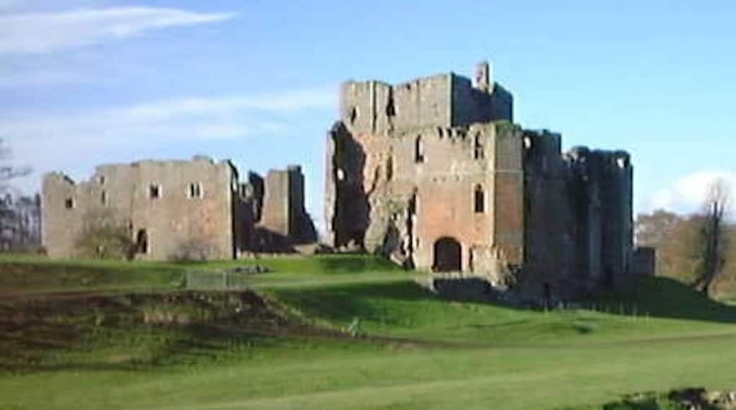 """Photo """"Brougham Castle"""" by Carl Bendelow (CC BY-SA) / Cropped from original"""