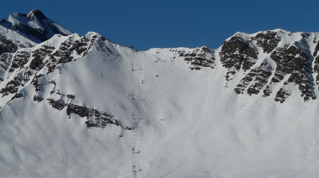 """Photo """"Champery Ski Resort"""" by bigup21 (CC BY) / Cropped from original"""