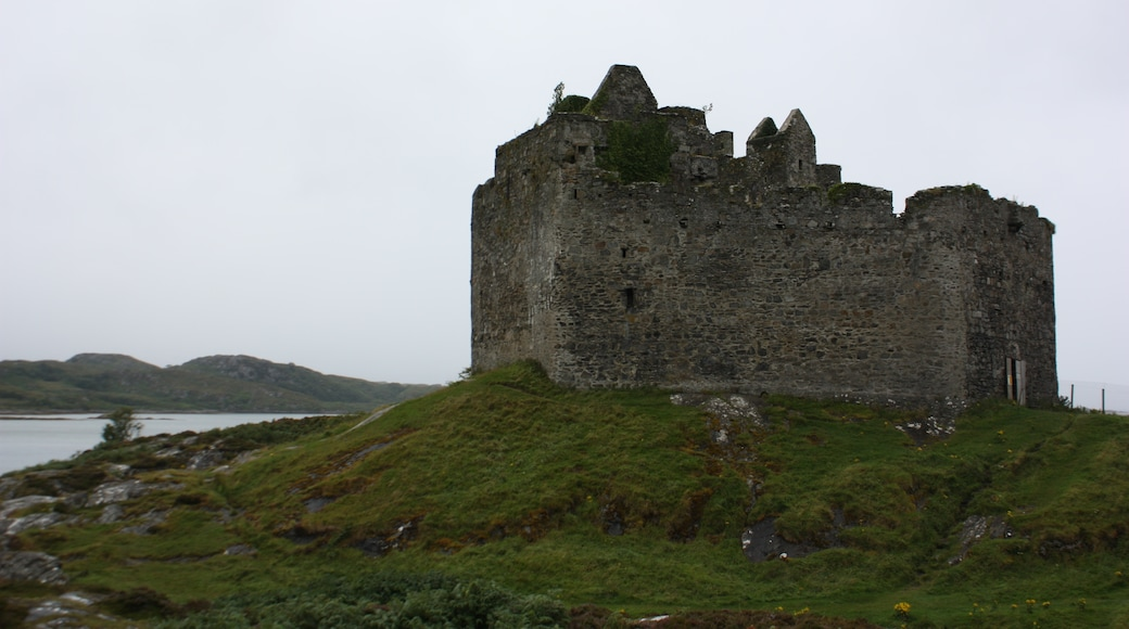 """Photo """"Castle Tioram"""" by LeCardinal (CC BY-SA) / Cropped from original"""