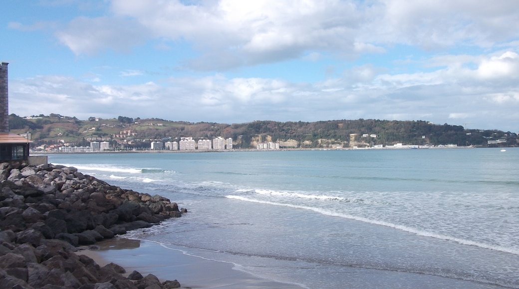 """Photo """"Hendaye Beach"""" by McBodes (CC BY) / Cropped from original"""