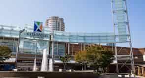 Торговий комплекс Metropolis at Metrotown («Метрополіс у Метротауні», комплекс магазинів і розваг, другий за величиною в Канаді)