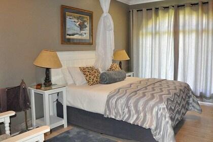 Lodge Queen Room 2