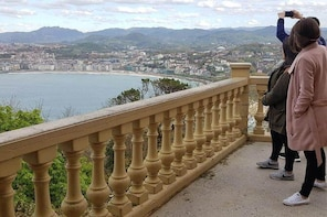 Private tour the Jewells of San Sebastián with lunch and full transport.