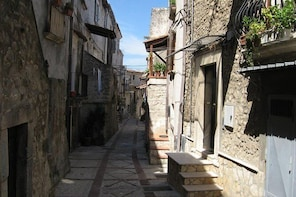 Vico del Gargano tour: quaint old town with traditional builkdings