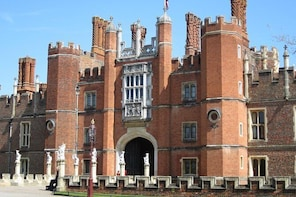 Hampton Court Palace - fascinating private walking tour with a qualified gu...