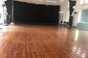 Adult's Jazz And Contemporary Dance Class