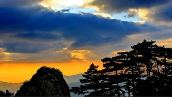 Huangshan 2-Day Private Tour Include Huangshan Hilltop Hotel