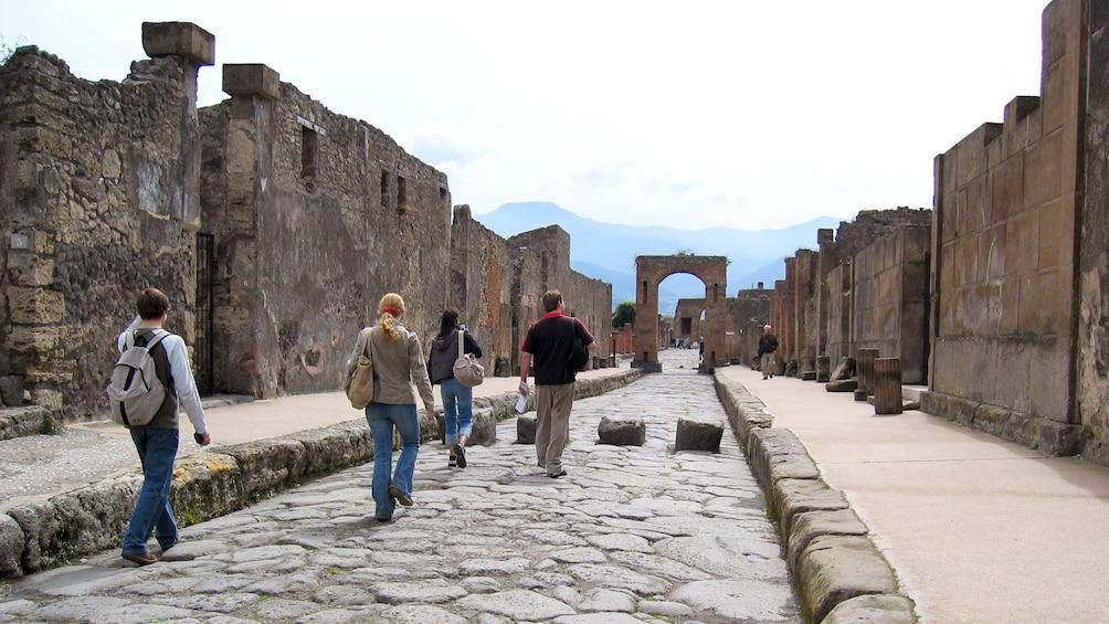Foto 5 van 15. A tour group exploring the ancient ruins of Pompeii.