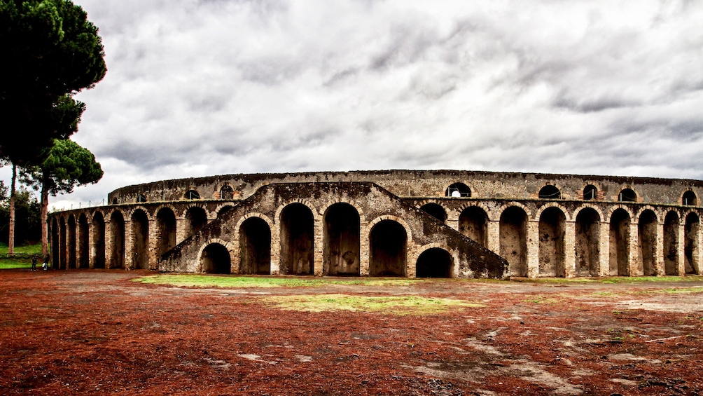 Foto 4 van 15. Landscape photo of the exterior of an amphitheater in Pompeii.