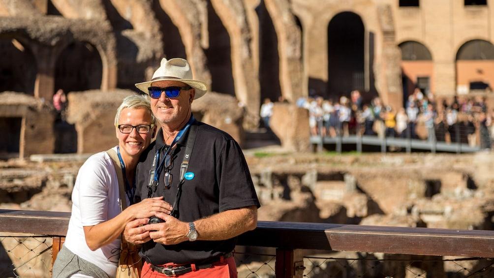 Carregar foto 3 de 9. Couple touring the Colosseum in Rome