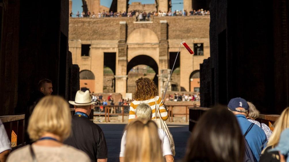 Carregar foto 2 de 9. Tour group entering the Colosseum in Rome