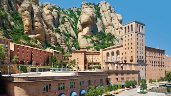 Visita de un día completo a Montserrat y la Colonia Güell con la cripta de ...