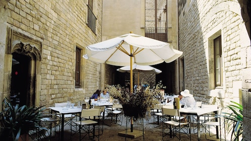 patio seating in alleyway outside El Gran restaurant in Barcelona