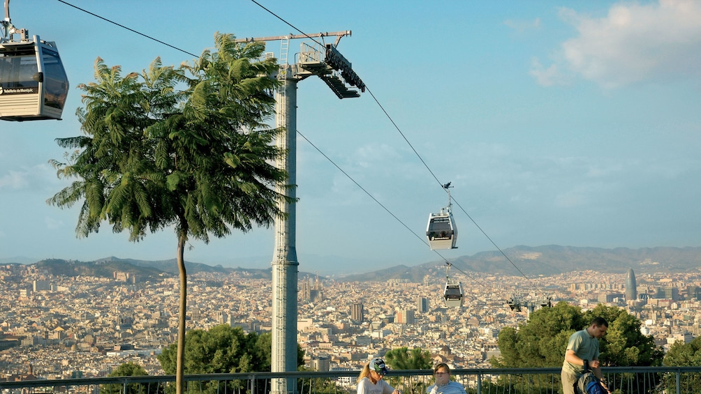 Foto 3 von 5 laden cable cars riding far above ground in Barcelona