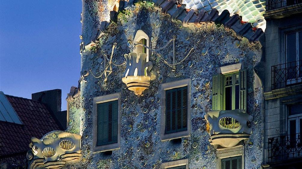 Foto 5 von 5 laden side of building detail at detail at Casa Batlló Building in Barcelona, Spain