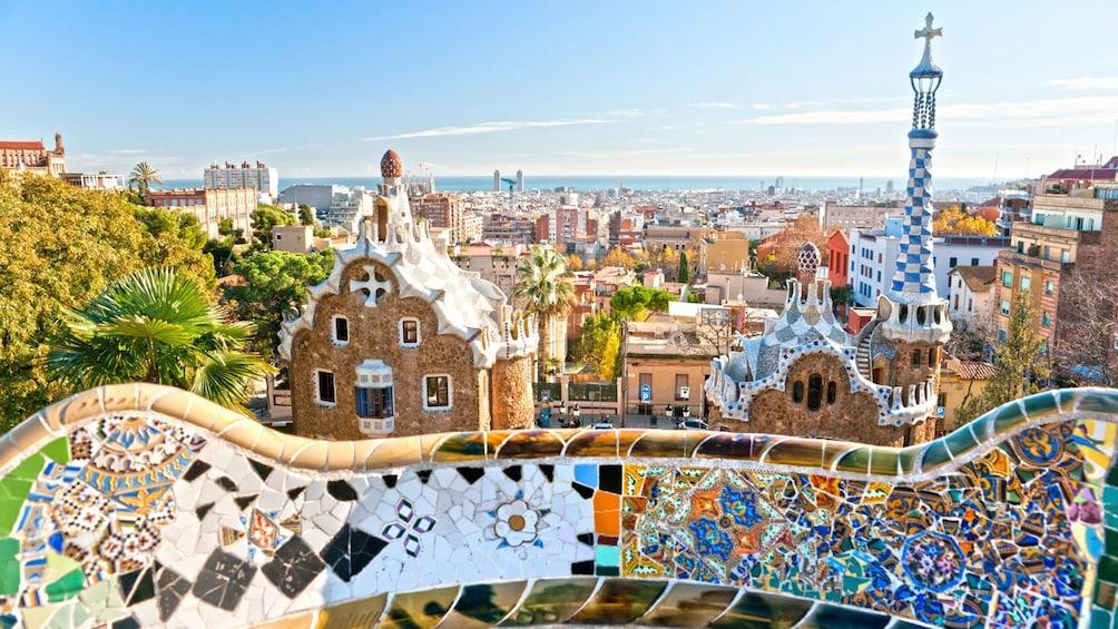 Foto 2 von 8 laden colorful tiled art work at Park Güell in Barcelona